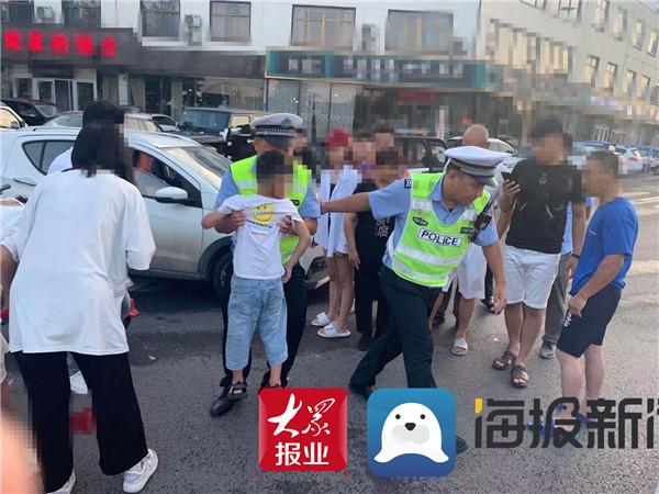 小轿车与电动自行车相撞多人受伤 临沂交警迅速救助伤者
