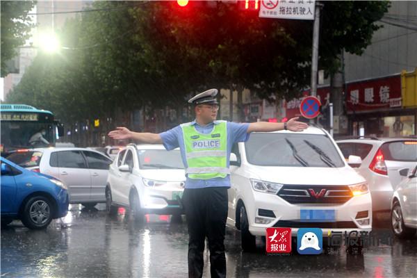雨中坚守疏堵保畅 兰陵交警全力维护道路交通安全