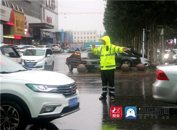 临沂市公安局交通警察支队兰陵大队全力以赴雨中坚守,疏堵保畅