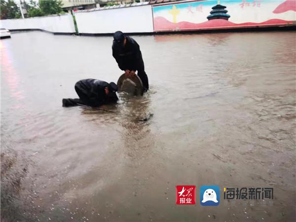 河东警方出动警力800余人次 疏导交通、排查风险