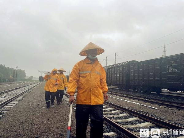 临沂铁路人坚守岗位 全力守护铁路运输安全