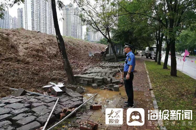 """应对台风""""烟花"""",临沂北城一大队迅速排查工地围挡隐患"""