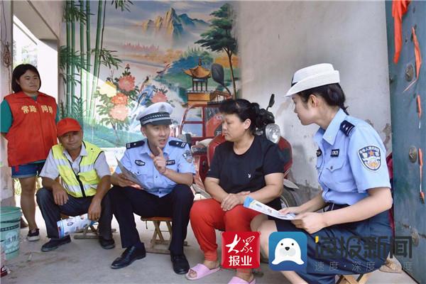"""蒙阴交警进村入户 开展""""两路两车""""面对面宣传"""