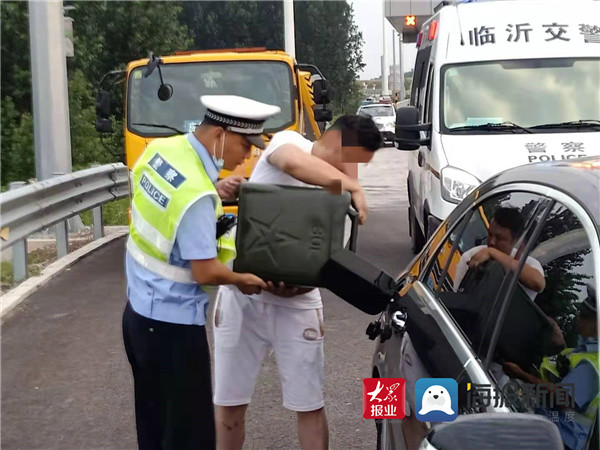 驾驶员车子无油高速抛锚 交警相助安全驶入高速主线