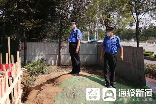 临沂城管查处一起无手续擅自挖掘绿化带行为