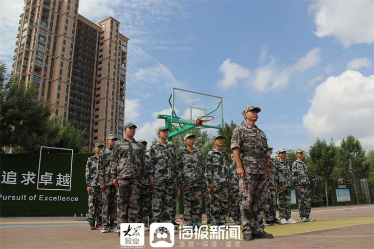 德州陵城区锦荣外国语高级中学首届高一新生开展军训活动
