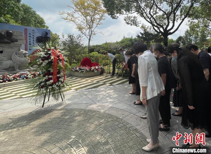 社会新闻滚动_东京审讯最后一位亲历者高文彬在上海落葬 女儿泪眼忆父亲:他以赤诚之心爱国