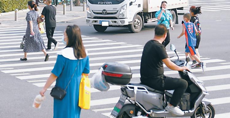 行人闯红灯不走斑马线,车还得让吗?专家:让!_搜狐社会新闻