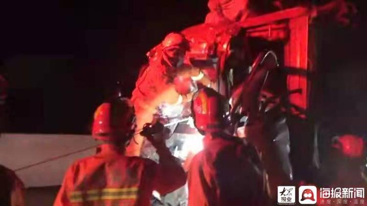 两车追尾人员被困 滕州消防破拆救援