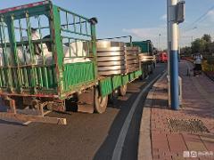 载物超宽1米还敢上路? 大货出高速被交警抓个正着