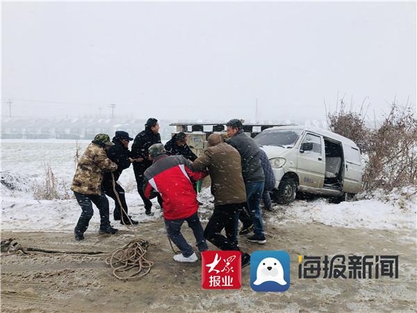 郯城:民警雪野巡逻路遇侧滑车辆伸援手解困为安
