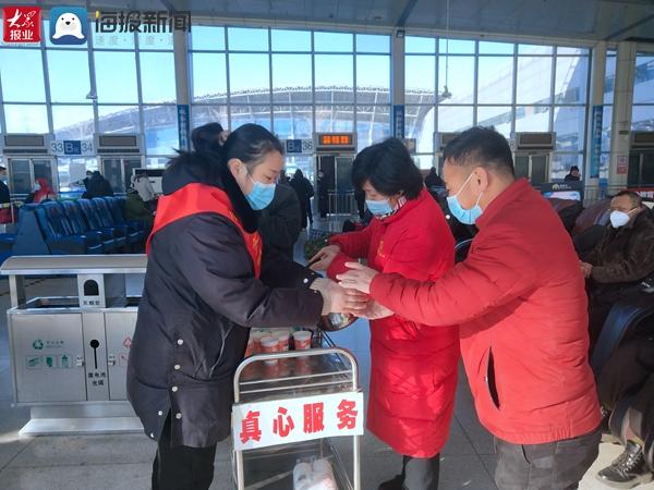 """每天为旅客送热水 临沂汽车客运总站开展""""暖心行动"""""""