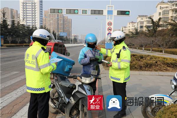 """临沂高新区交警大队开展""""一盔一带""""安全守护暨春运宣传"""