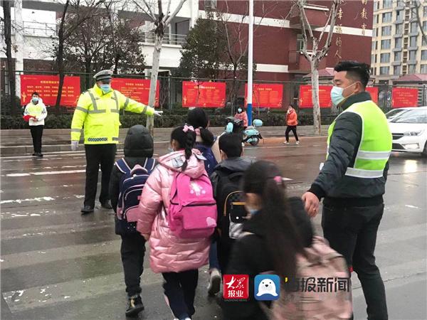 """临沂高新区交警开启""""护学""""模式"""