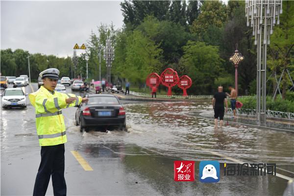 蒙阴交警科学调度警力 确保下雨天道路安全畅通