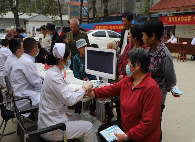 方城中心卫生院青年突击队开展义诊活动